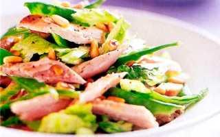 Салат с кедровыми орешками с курицей