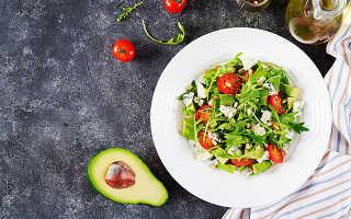 Салат с авокадо и с кедровыми орешками